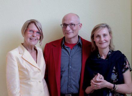 Preisträger Frank Heibert mit Laudatorin Elisabeth Ruge (rechts) und Präsidentin Helga Pfetsch, Foto: Ebba D. Drolshagen